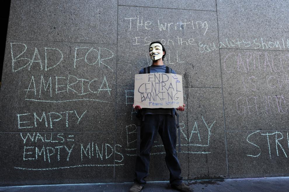 34.USA, Los Angeles, 5 listopada 2011: Mężczyzna protestujący przed budynkiem  Bank of America w Los Angeles. AFP PHOTO / Robyn Beck