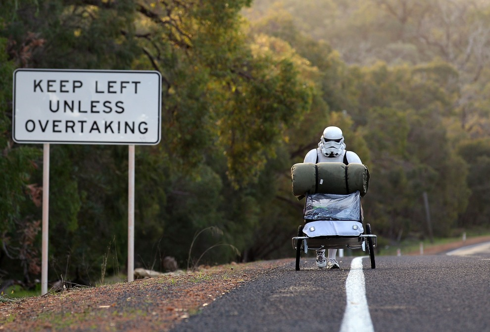 34.	AUSTRALIA, Perth, 15 licpa 2011: Stormtrooper (Jacob French) na trasie marszu z Perth do Sydney, podczas którego zbiera pieniądze dla chorych dzieci.(Foto:    Paul Kane/Getty Images)