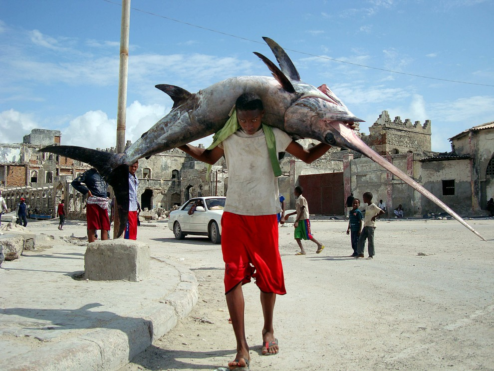 36.SOMALIA, Mogadiszu, 8 listopada 2011: Somalijski rybak w pobliżu portu w Mogadiszu. AFP PHOTO/Mohamed ABDIWAHAB