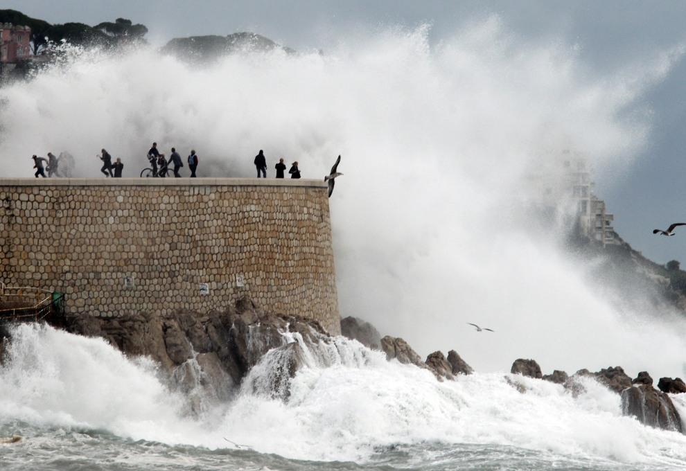 37.FRANCJA, Nicea, 8 listopada 2011: Wysokie fale rozbijają się o brzeg w Nicei. AFP PHOTO / VALERY HACHE