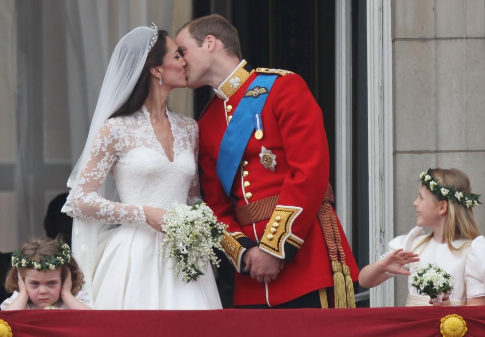 37.WIELKA BRYTANIA, Londyn, 29 kwietnia 2011: Pocałunek Księcia Williama i Katarzyny Elżbiety Mountbatten-Windsor, Księżnej Cambridge na balkonie Pałacu Buckingham. AFP PHOTO / LEON NEAL