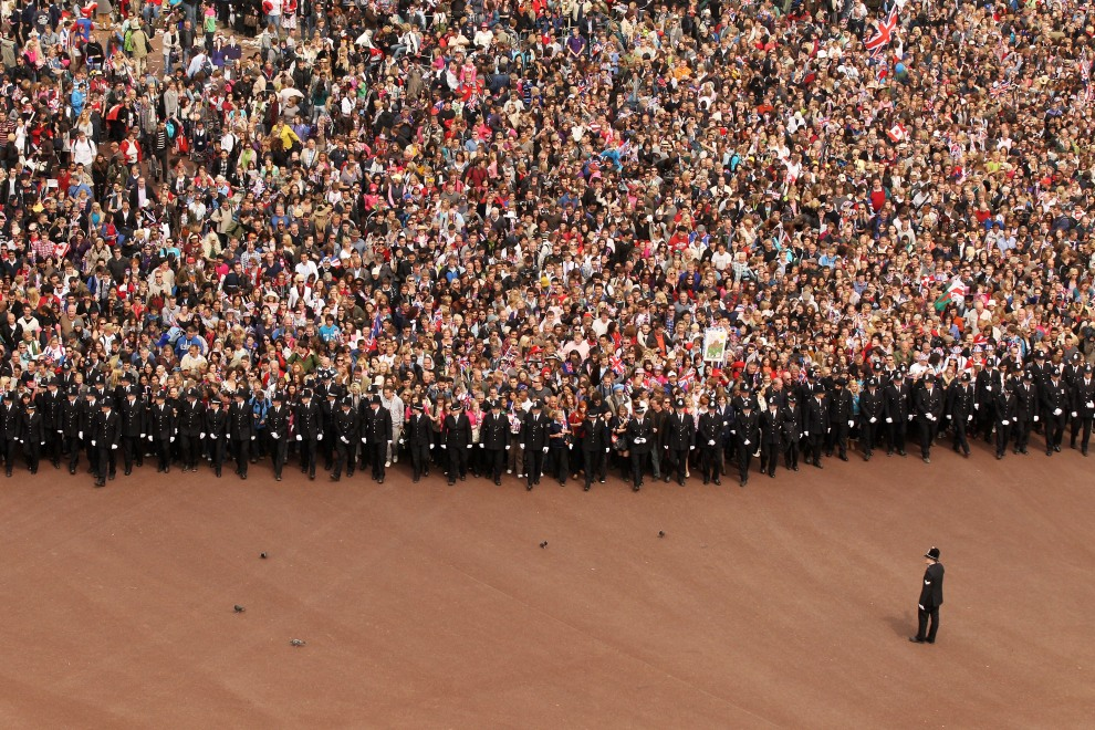 38.WIELKA BRYTANIA, Londyn, 29 kwietnia 2011: Widzowie zebrani przed Pałacem Buckingham podczas ceremonii ślubnej Williama i Kate. Palace to celebrate the Royal   Wedding of Prince William, Duke of Cambridge and Catherine. (Foto:  Oli Scarff/Getty Images)