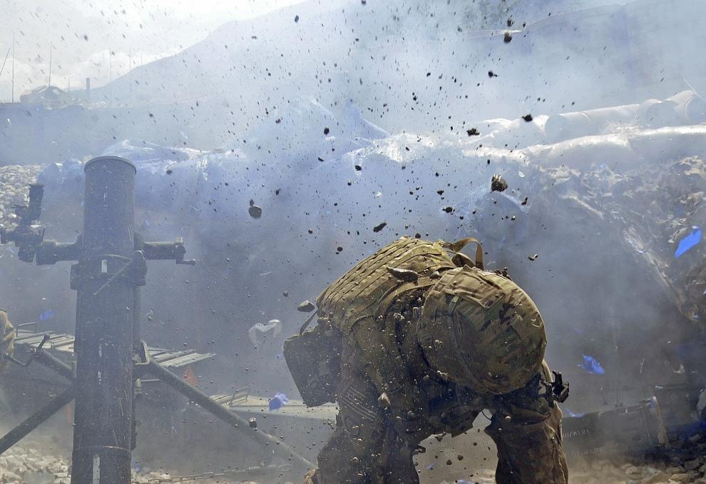 3.AFGANISTAN, Kunar, 16 września 2011: Ostrzał pozycji talibów z moździerza w bazie Kunar. AFP PHOTO/Tauseef MUSTAFA