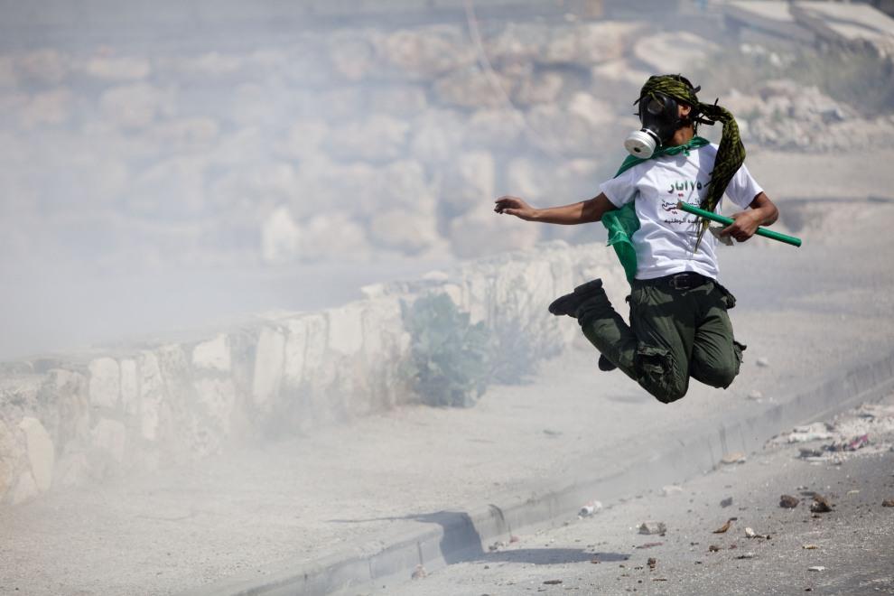 3.IZRAEL, Jerozolima, 13 maja 2011: Palestyńczyk podczas starć na ulicach Jerozolimy. (Foto:  Uriel Sinai/Getty Images)
