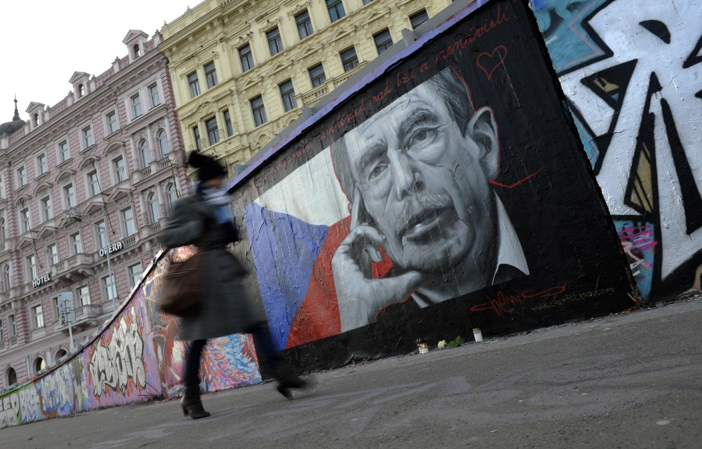 40.CZECHY, Praga, 20 grudnia 2011: Graffiti  upamiętniające zmarłego Vaclava Havla. AFP PHOTO / MICHAL CIZEK