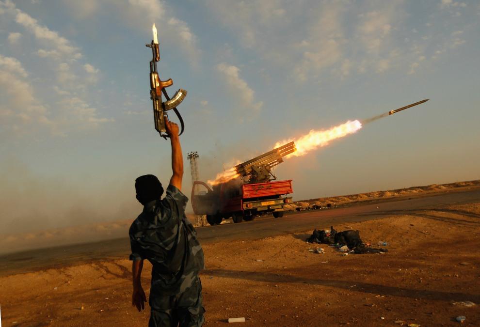 40.LIBIA, Adżdabija, 14 kwietnia 2011: Stanowisko ogniowe rebeliantów na przedmieściach Adżabiji. (Foto: Chris Hondros/Getty Images)