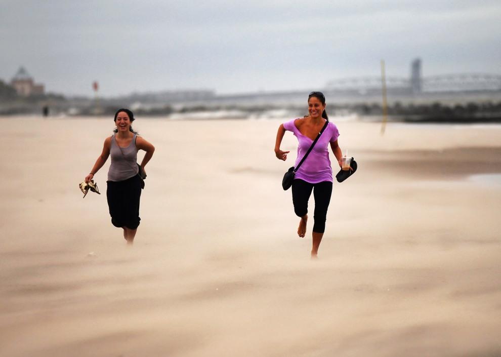 """40.USA, Nowy Jorsk, 28 sierpnia 2011: Plaża na Coney Island w czasie zbliżającego się huraganu """"Irena"""". (Foto:  Spencer Platt/Getty Images)"""