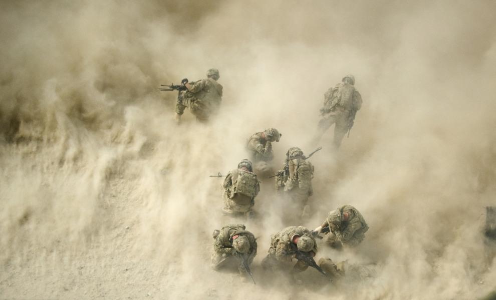 41.AFGANISTAN, Kandahar, 23 sierpnia 2011: Amerykańscy żołnierze zabezpieczają teren podczas startu śmigłowca z rannymi. AFP PHOTO/ Johannes EISELE