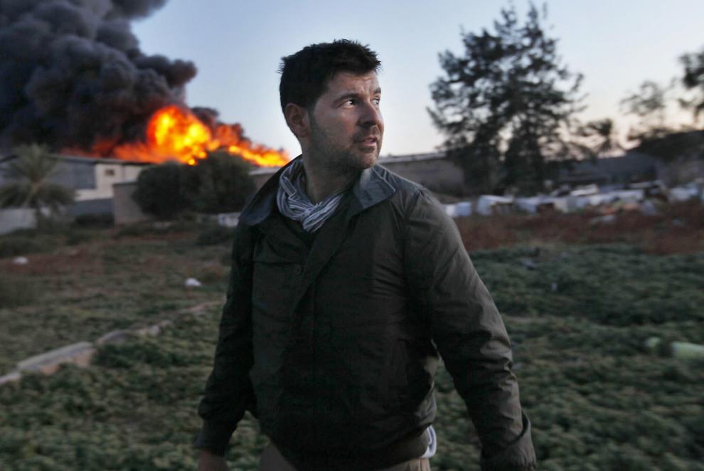 41.LIBIA, Misrata, 18 kwietnia 2011: Fotoreporter Chris Hondros w czasie pracy na przedmieściach Misraty. (Foto:  Katie Orlinsky via Getty Images)