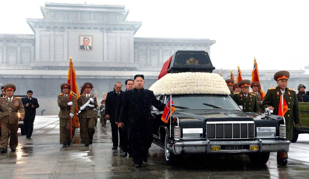 42.KOREA PÓŁNOCNA, Pjongjang, 28 grudnia 2011: Orszak z trumną Kim Dzong-Ila. Na pierwszym planie Kim Dzong-Un – nowy przywódca Korei Północnej. AFP PHOTO / KCNA   VIA KNS