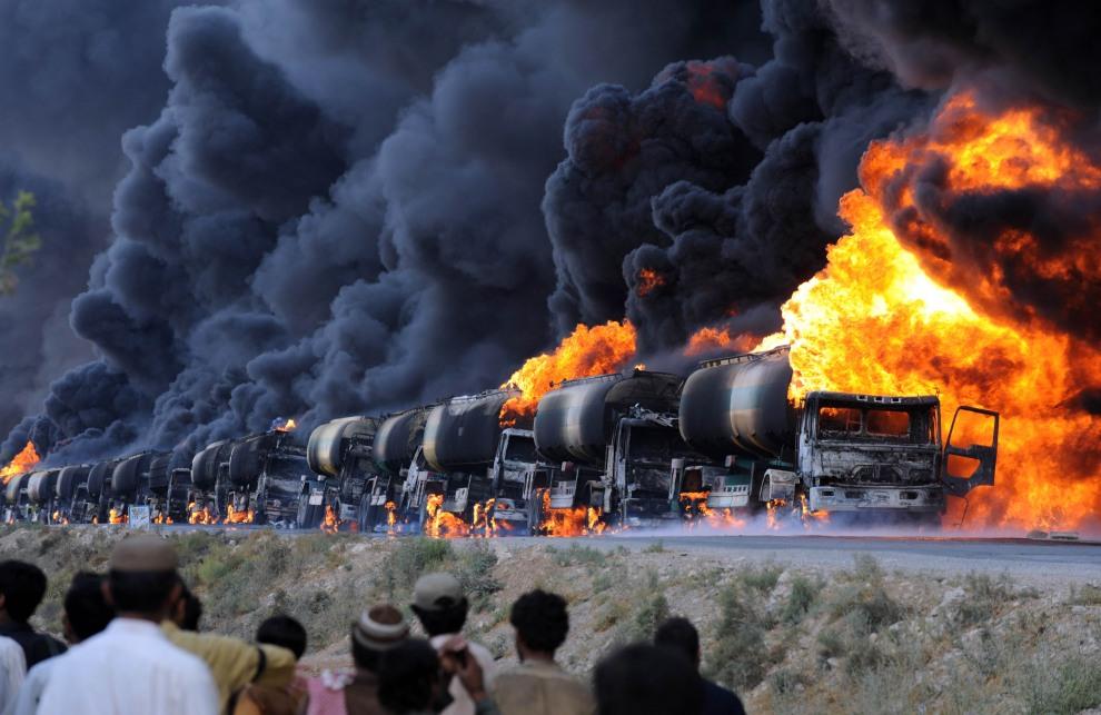 43.PAKISTAN, Kolpur, 22 sierpnia 2011: Zaatakowany konwój ciężarówek NATO transportujący paliwo do Afganistanu. AFP PHOTO / BANARAS KHAN