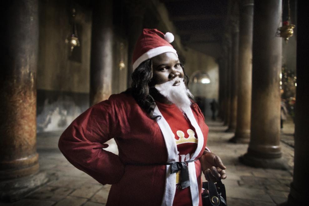 43.AUTONOMIA PALESTYŃSKA, Betlejem, 24 grudnia 2011: Turystka z Nigerii we wnętrzu Bazyliki Narodzenia Pańskiego. AFP PHOTO/MARCO LONGARI