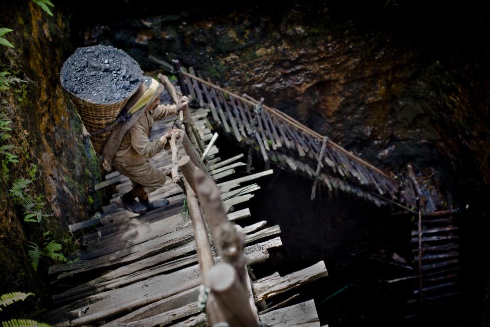44.INDIE, Jaintia Hills, 16 kwietnia 2011: Prabhat Sinha z ważącym 60kg koszem wychodzi z kopalni węgla. (Foto:  Daniel Berehulak/Getty Images)