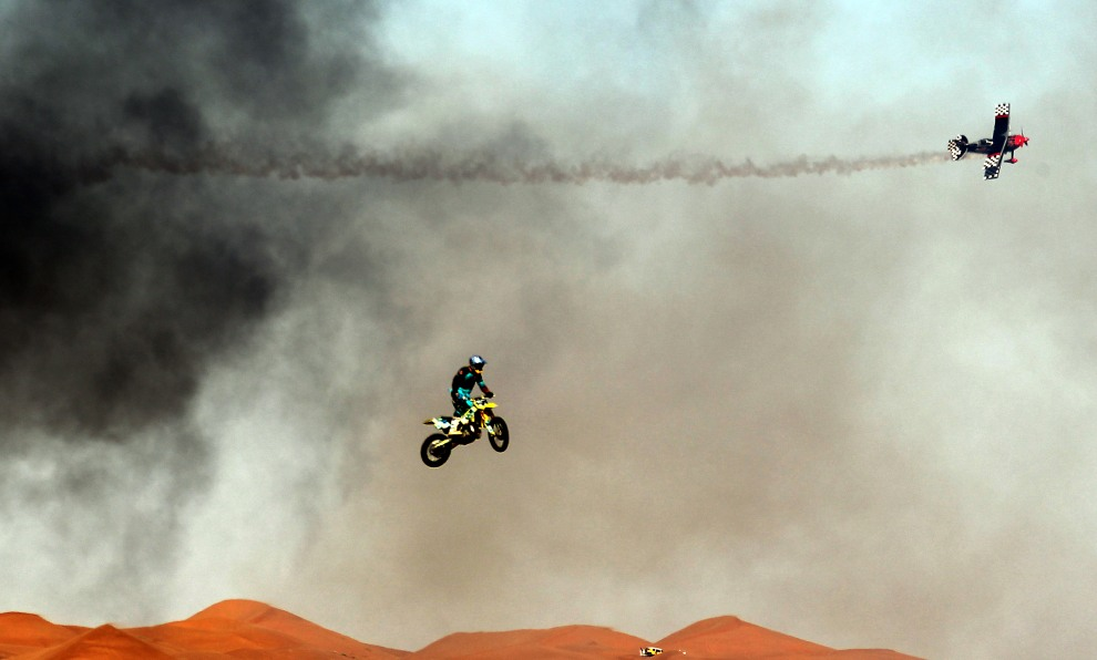 45.ZJEDNOCZONE EMIRATY ARABSKIE, Al-Ain, 4 lutego 2011: Pokaz akrobacji lotniczych na imprezie Al-Ain International Aerobatics Show. AFP PHOTO/KARIM SAHIB