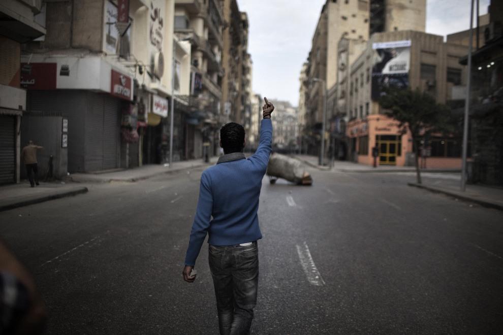 4.EGIPT, Kair, 28 stycznia 2011: Uczestnik protestów przeciw prezydentowi Egiptu. AFP PHOTO/MARCO LONGARI