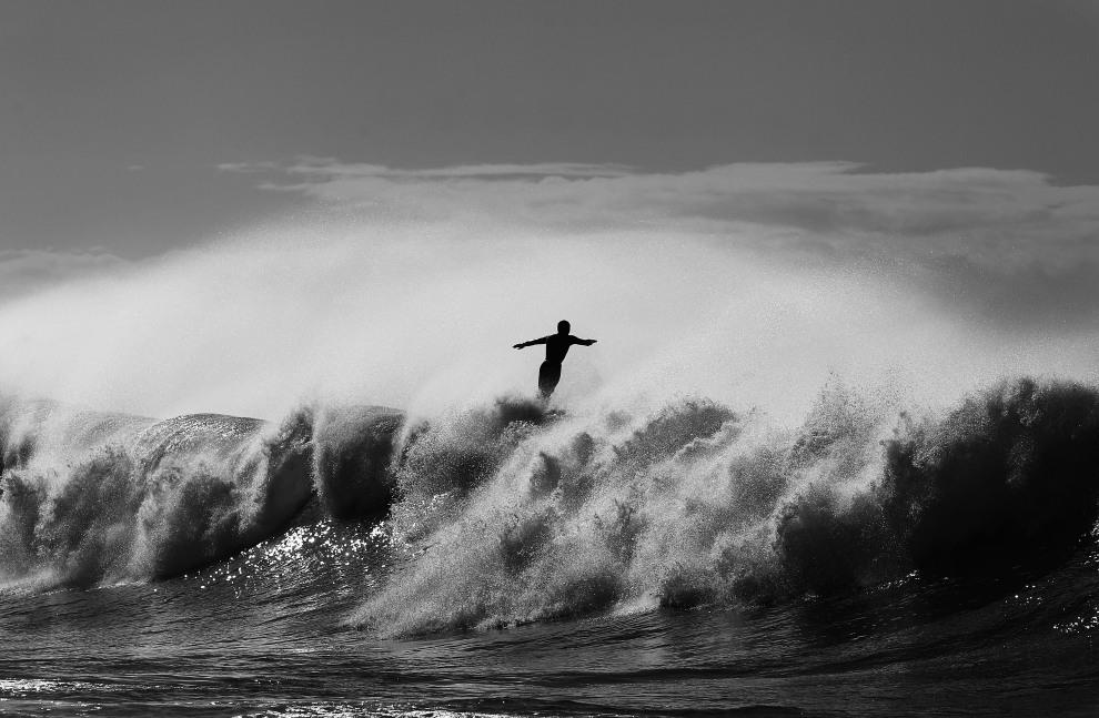 4.AUSTRALIA, Sydney, 18 maja 2011: Surfer spadający z deski na plaży Bronte Beach. (Foto:  Ryan Pierse/Getty Images)
