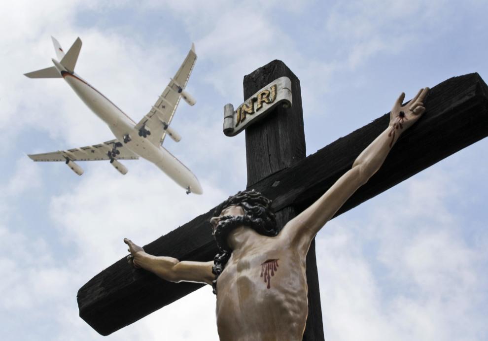 5.NIEMCY, Erfurt, 23 września 2011: Samolot z Benedyktem XVI na pokładzie podchodzi do lądowania w Erfurcie. AFP PHOTO / POOL / FRANK AUGSTEIN