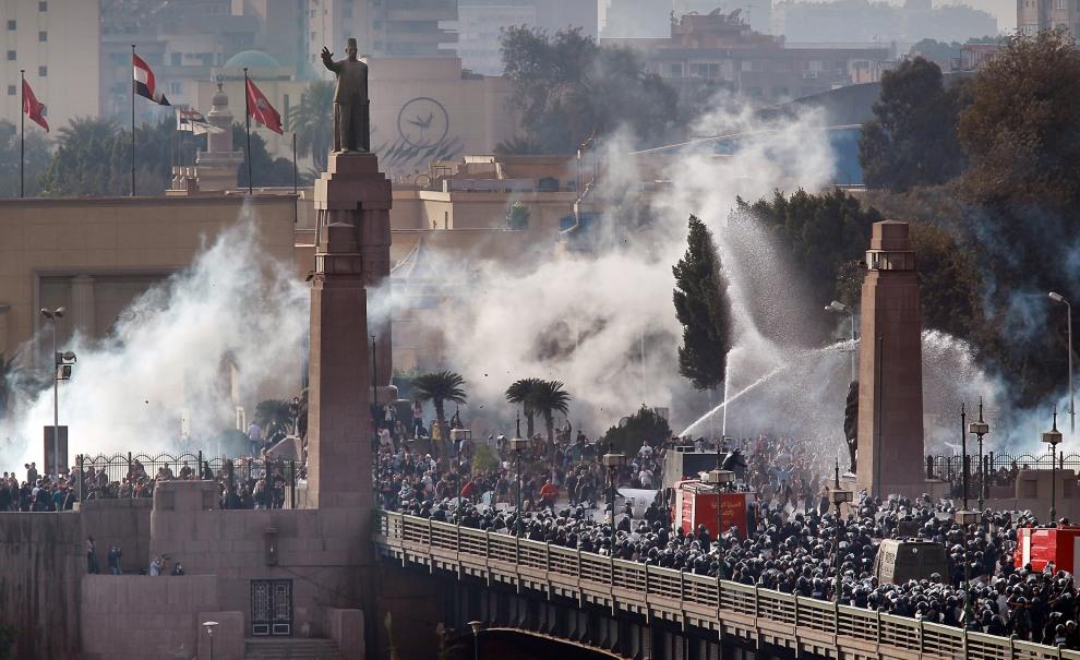 5.EGIPT, Kair, 28 stycznia 2011: Oddział policji wycofuje się przez jeden z mostów na Nilu. (Foto: Peter Macdiarmid/Getty Images)