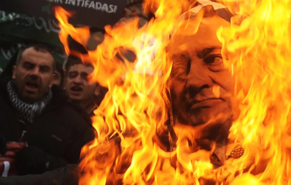 6.TURCJA, Stambuł, 20 stycznia 2011: Tureccy muzułmanie palą plakat z wizerunkiem prezydenta Egiptu. AFP PHOTO / BULENT KILIC