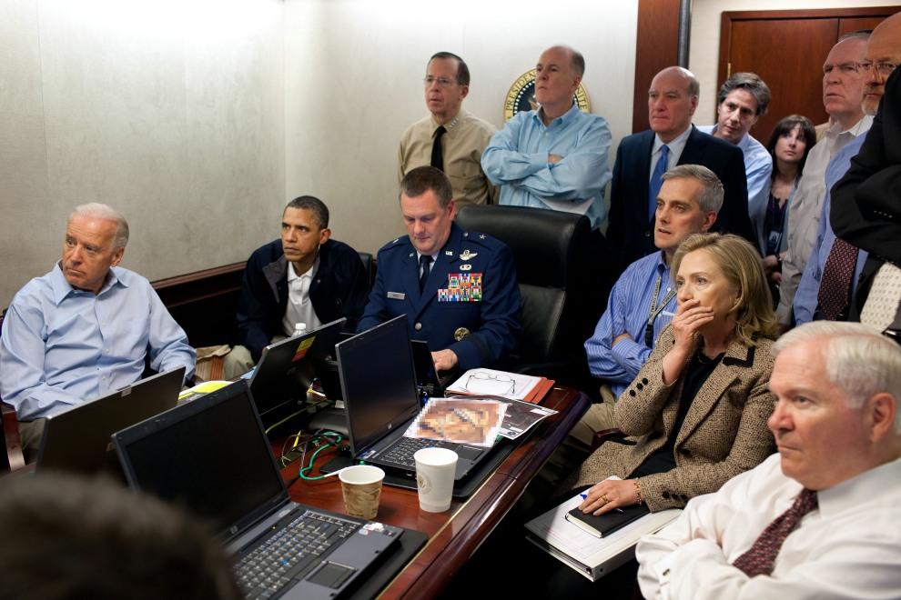 6.USA, Waszyngton, 2 maja 2011: Barack Obama (drugi od lewej), Joe Biden (pierwszy od lewej), Robert Gates (pierwszy po prawej) oraz  Hillary Clinton (druga od   prawej) obserwują operację, w wyniku której zabity został Osama bin Laden. AFP PHOTO / WHITE HOUSE