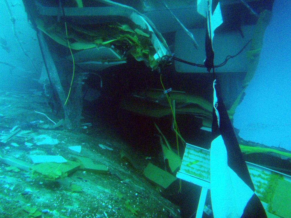 10.WŁOCHY, Isola del Giglio, 13 stycznia 2012: Podwodne zdjęcie przedstawiające rozdarty kadłub  Costa Concordia. AFP PPHOTO /HO/ Italian Coast Guard