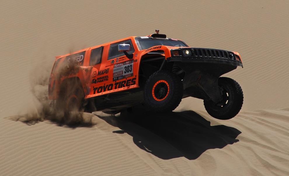 11.CHILE, Arica, 11 stycznia 2012: Robby Gordon na trasie dziesiątego etapu rajdu. AFP PHOTO/POOL/JEROME PREVOST