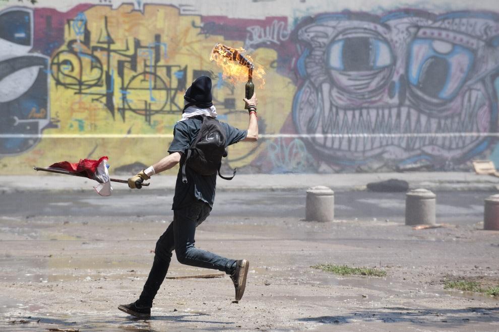 11.CHILE, Santiago, 19 stycznia 2012: Uczestnik protestów przeciw prezydentowi Chile. AFP PHOTO/Claudio SANTANA