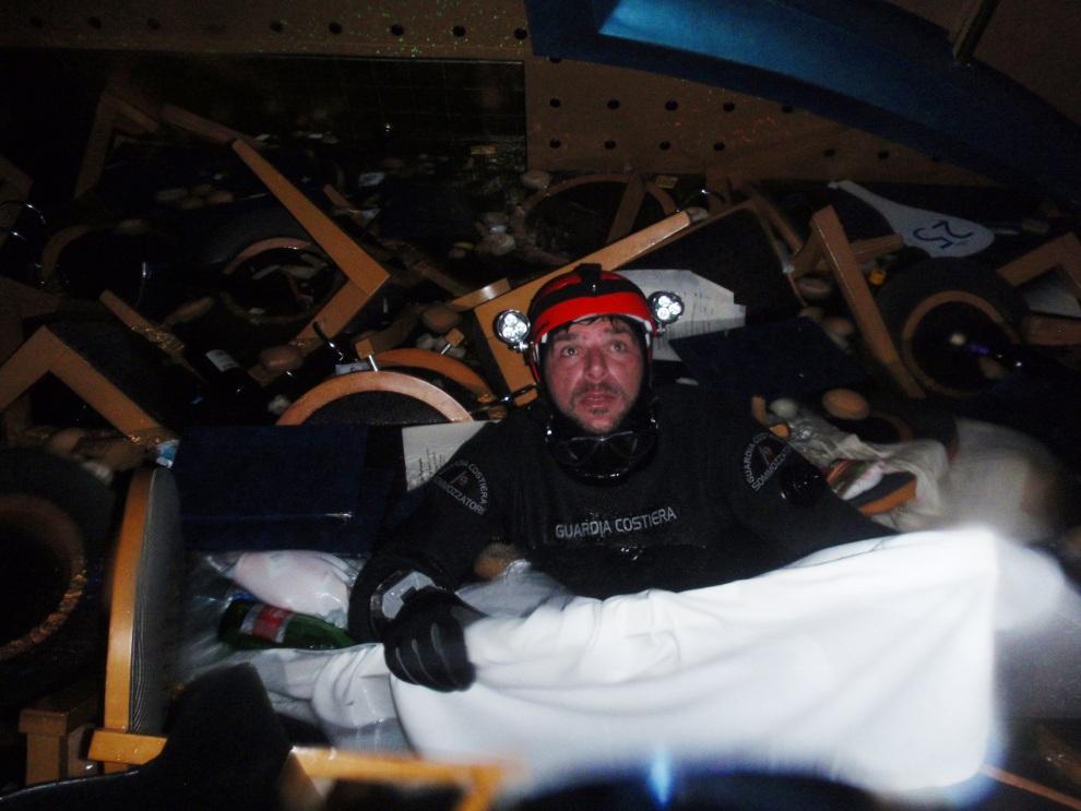 11.WŁOCHY, Isola del Giglio, 16 stycznia 2012: Nurek straży przybrzeżnej we wnętrzu tonącego liniowca. AFP PPHOTO /HO/ Italian Coast Guard