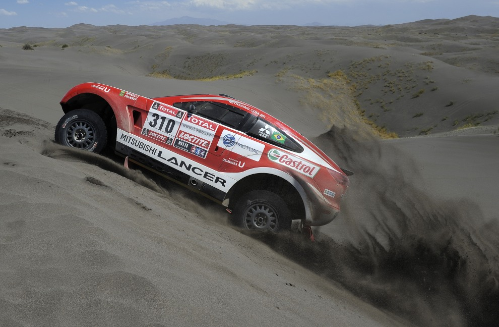 12.ARGENTYNA, San Rafael, 2 stycznia 2012: Gulherme Spinelli za kierownicą Mitsubishi podczas drugiego etapu rajdu. AFP PHOTO/PHILIPPE DESMAZES