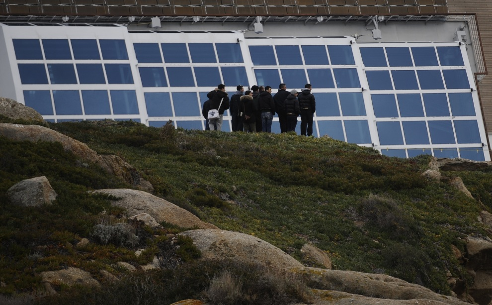 12.WŁOCHY, Isola del Giglio, 15 stycznia 2012: Mieszkańcy Isola del Giglio przyglądają się miejscu katastrofy. AFP PHOTO / FILIPPO MONTEFORTE