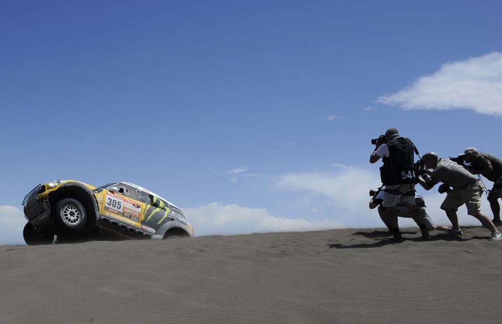 13.ARGENTYNA, San Rafael, 2 stycznia 2012: Nani Roma mija stanowisko fotoreporterów. AFP PHOTO/PHILIPPE DESMAZES