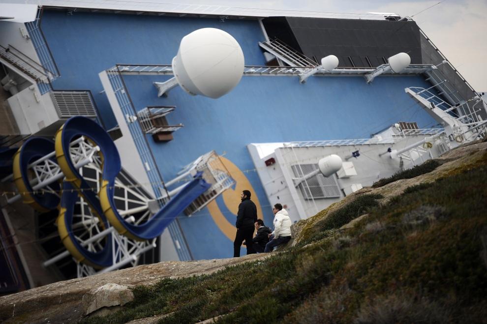 13.WŁOCHY, Isola del Giglio, 15 stycznia 2012: Widziany z brzegu pokład leżącego na burcie Costa Concordia. AFP PHOTO / FILIPPO MONTEFORTE