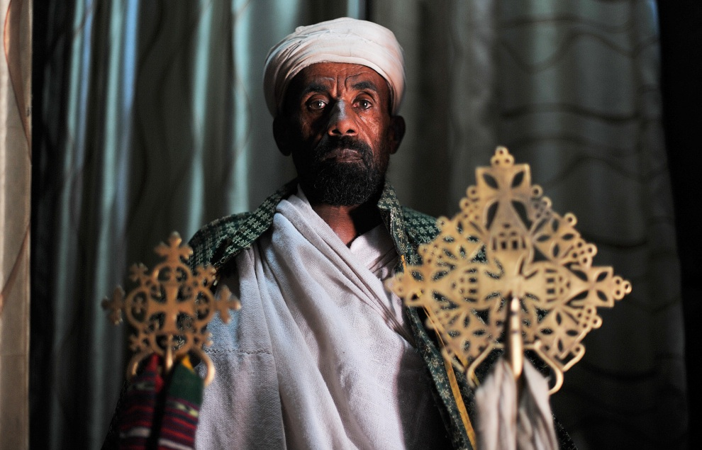 13.ETIOPIA, Lalibela, 19 stycznia 2012: Kapłan Etiopskiego Kościoła Ortodoksyjnego przed rozpoczęciem ceremonii w święto  Timkat (wspomnienie chrztu Jezusa w Jordanie). AFP PHOTO/Carl de Souza