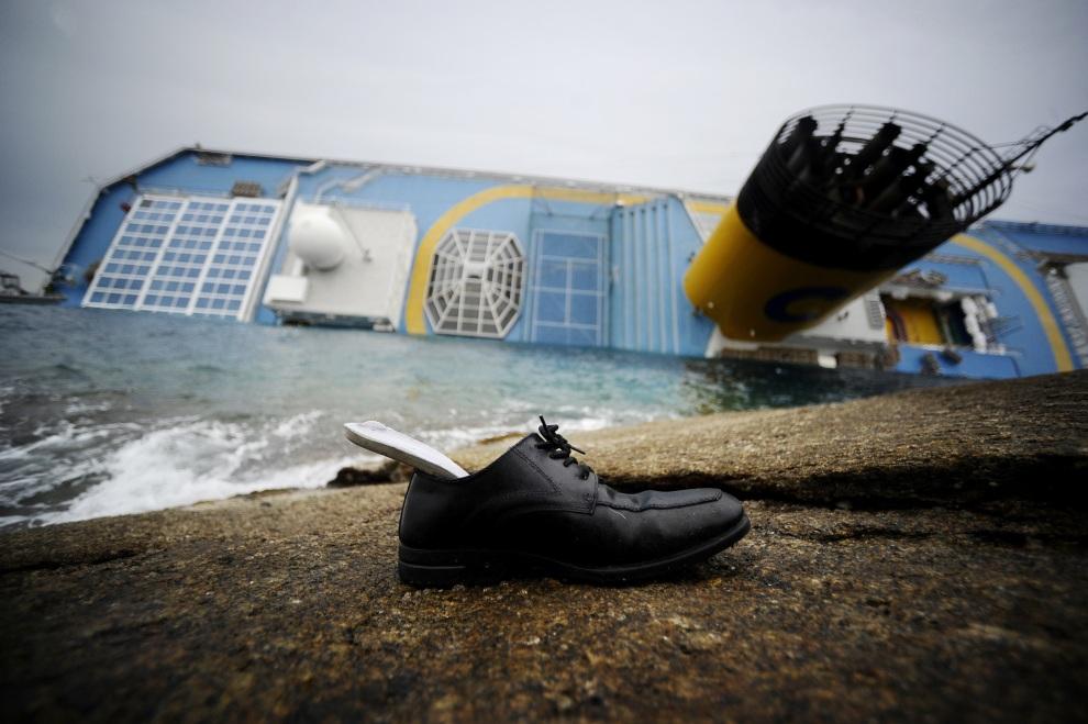 15.WŁOCHY, Isola del Giglio, 16 stycznia 2012: But wyrzucony na brzeg w pobliżu miejsca katastrofy. AFP PHOTO / FILIPPO MONTEFORTE