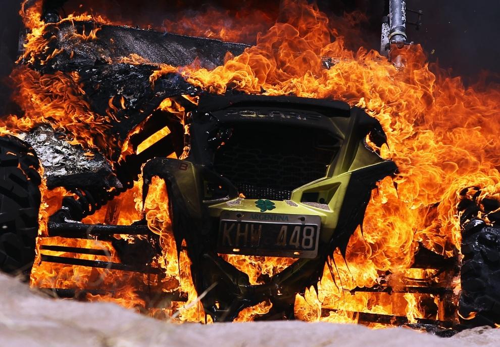 15.ARGENTYNA, Santa Rosa de la Pampa, 1 stycznia 2012: Płonący Polaris, którego kierowcą był Jose Antonio Blangino. (Foto:  Bryn Lennon/Getty Images)