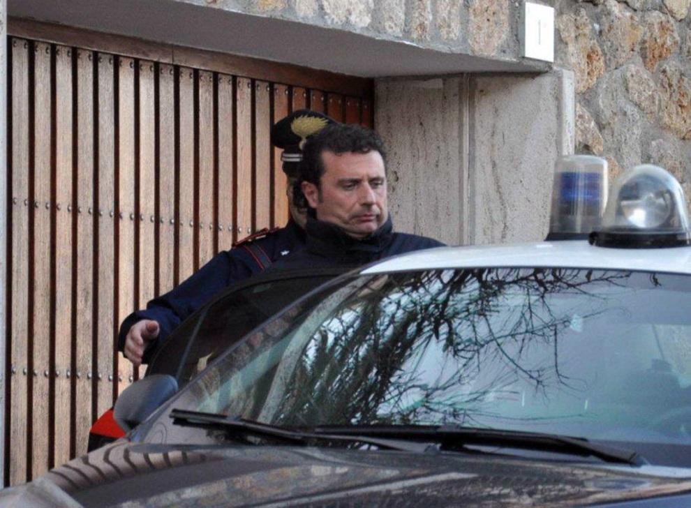17.WŁOCHY, Grosseto, 14 stycznia 2012: Francesco Schettino, kapitan  Costa Concordia, zatrzymywany przez karabinierów. AFP PHOTO / ENZO RUSSO