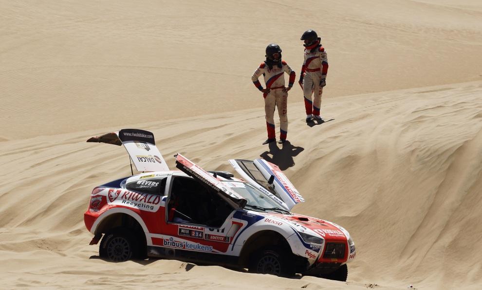 17.PERU, Nasca, 13 stycznia 2012: Mitsubishi prowadzone przez Erika Wevers'a zablokowane w piasku. (Foto:  Bryn Lennon/Getty Images)