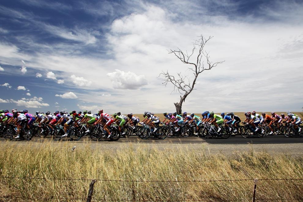 17.AUSTRALIA, Adelajda, 17 stycznia 2012: Kolarze na etapie wyścigu prowadzącym z  Templers do Freeling. (Foto: Morne de Klerk/Getty Images)