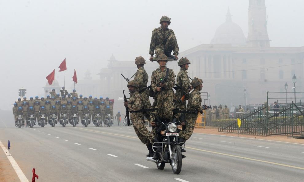 18.INDIE, New Delhi, 20 stycznia 2012: Próba generalna przed defiladą z okazji Dnia Republiki. AFP PHOTO/RAVEENDRAN