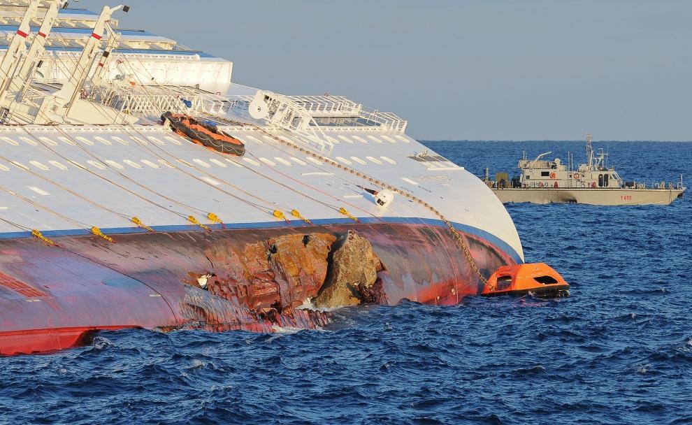 19.WŁOCHY, Isola del Giglio, 17 stycznia 2012: Uszkodzona burta liniowca Costa Concordia. AFP PHOTO / ANDREAS SOLARO