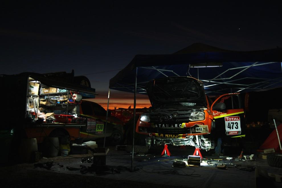 19.CHILE, Copiapo, 8 stycznia 2012: Nocny serwis w trakcie przerwy w rajdzie. (Foto:  Bryn Lennon/Getty Images,)