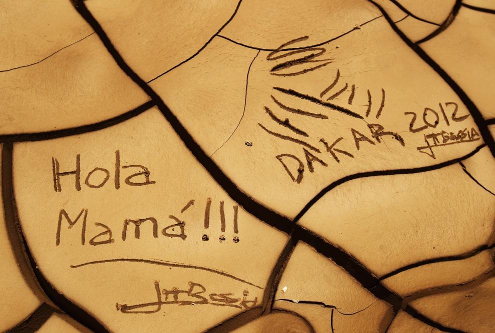 1.PERU, Arequipa, 12 stycznia 2012: Napisy na wysychającym błocie zrobione przez kibiców. (Foto:  Bryn Lennon/Getty Images)
