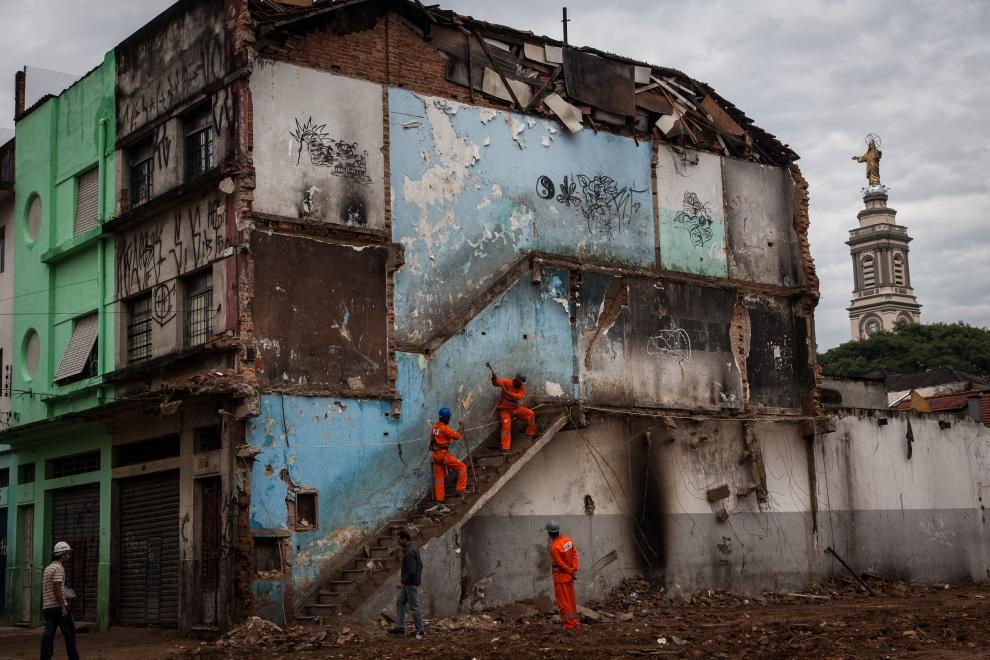 20.BRAZYLIA, Sao Paulo, 19 stycznia 2012: Burzenie budynku na przedmieściach Sao Paulo, w którym spotykali się narkomani. AFP PHOTO / Yasuyoshi Chiba