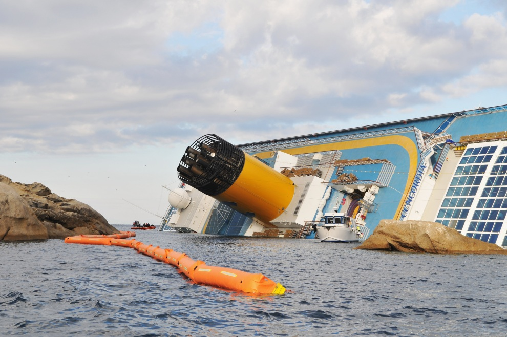 21.WŁOCHY, Isola del Giglio, 17 stycznia 2012: Strażacy zabezpieczają miejsce katastrofy liniowca. (Foto: Laura Lezza/Getty Images)