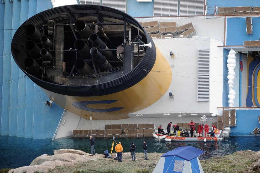 23.WŁOCHY, Isola del Giglio, 19 stycznia 2012: Nurkowie pracujący przy zatopionej jednostce  Costa Concordia. AFP PHOTO / VINCENZO PINTO