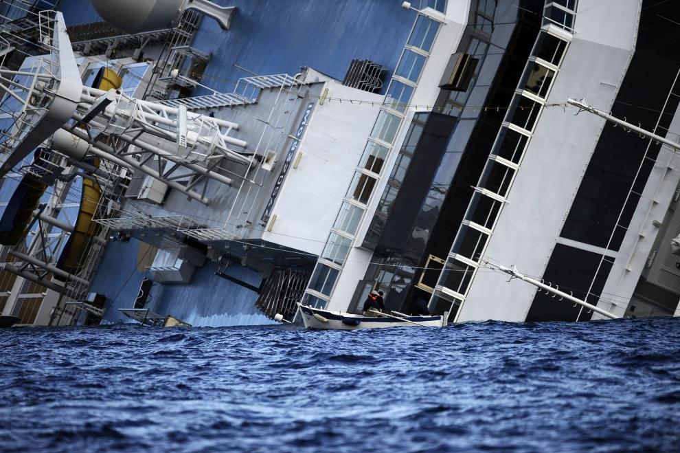 23.WŁOCHY, Isola del Giglio, 15 stycznia 2012: Leżący na burcie liniowiec Costa Concordia. AFP PHOTO / FILIPPO MONTEFORTE