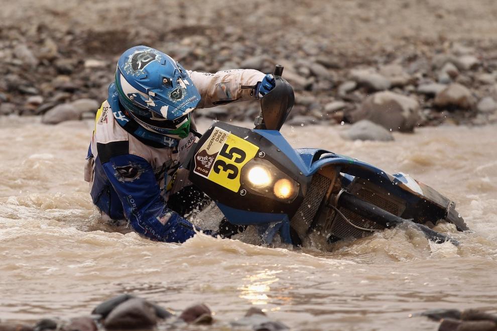 23.PERU, Arequipa, 12 stycznia 2012: Paolo Ceci przeprawia się przez rzekę na siódmym etapie rajdu. (Foto:  Bryn Lennon/Getty Images)