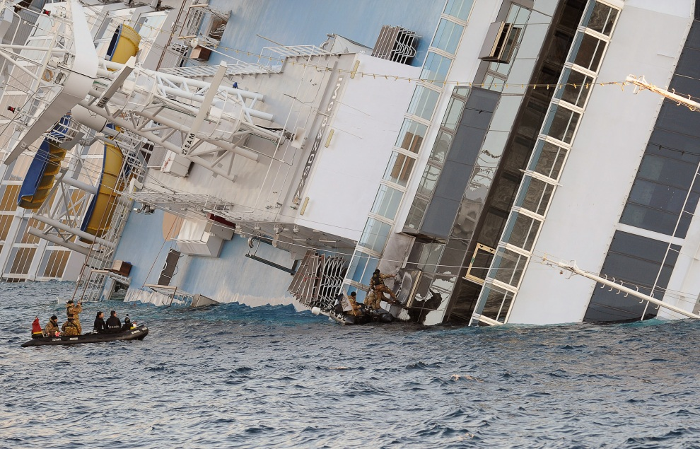 24.WŁOCHY, Isola del Giglio, 17 stycznia 2012: Ratownicy, aby dostać się do wnętrza Costa Concordia, rozmieszczają ładunki wybuchowe. AFP PHOTO / ANDREAS SOLARO