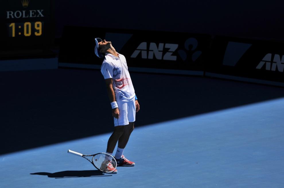 25.AUSTRALIA, Melbourne, 19 stycznia 2012:  Novak Djokovic niezadowolony z przebiegu meczu przeciw of Santiago Giraldo. AFP PHOTO / NICOLAS ASFOURI