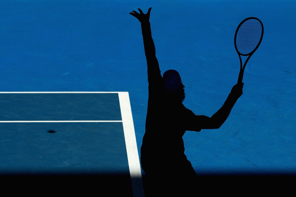 26.AUSTRALIA, Melbourne, 19 stycznia 2012: Andy Murray serwujący piłkę podczas czwartego dnia Australian Open. (Foto: Clive Brunskill/Getty Images)